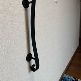 シンプルなデザインの玄関つかまり手摺り(縦手摺り)