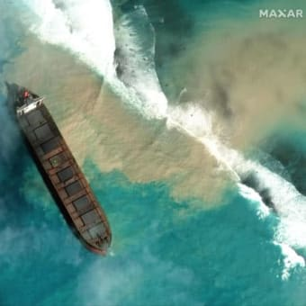 モーリシャスで座礁の日本船、流出重油の回収急ぐ