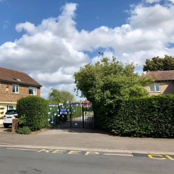 学校再開も近いイギリスの下校時間に学童横断中を知らせ続ける学校が閉まった通学路のチカチカ標識