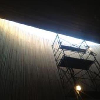 石畳と天窓の光