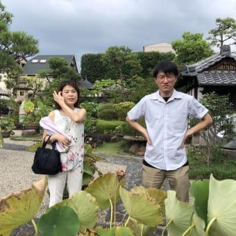 初体験の京都タワー、近くで見るのも幻想的!夜風が心地よい