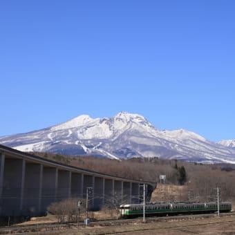 残雪の妙高山と新旧車両