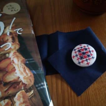 刺繍のくるみボタンと、雪見だいふくチーズトースト。