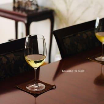 冷茶とワイングラス
