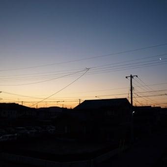 朝焼けと細い月