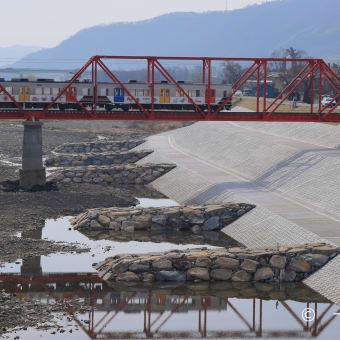 赤い鉄橋と1000系と青サギ