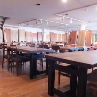 936、【京都、会社の社長様へ一枚板デスクをお届け設置】2000mm超、濃い赤の色合いが魅力の一枚板テーブル。 一枚板と木の家具の専門店エムズファニチャーです。