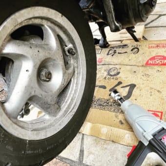 リード100 リヤタイヤ塗装準備。