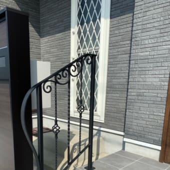 シンプル×エレガントなデザインの階段手摺り(設置後のお写真)