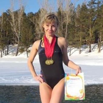 西シベリアのアルタイ地方の学校の女性語学教師が「不適切な水着姿」で退職させられた