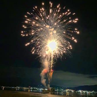 夏の終わりにこの夏初めての花火を諏訪湖で見、やっぱりこれだなと腑に落ちる。