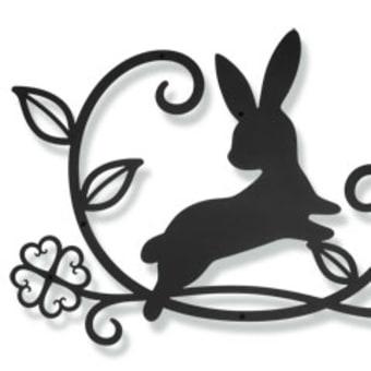 ジャンプするウサギさん×ツタ×葉っぱ×四つ葉のクローバーの妻飾り