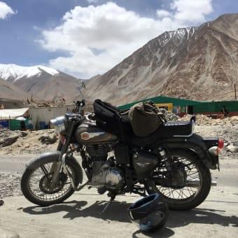 ラダック 標高5000m バイクで村々を巡り、仕入れをする