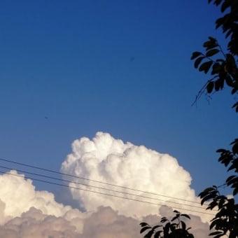 入道雲と月