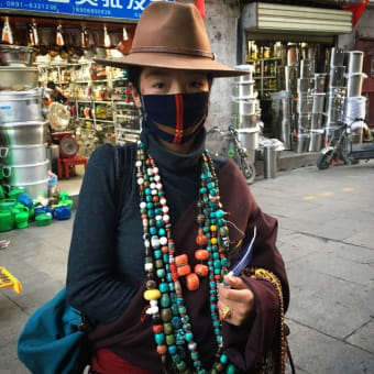 美しいチベット女性の行商人