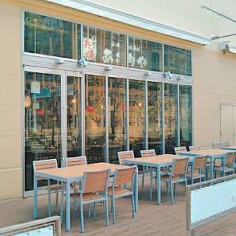 開放的なテラス席であぶりや人気のどんぶりを!小田原早川漁村 漁師の浜焼あぶりや