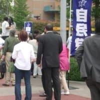 菅義偉首相6日目にして多摩川を渡り小此木彦三郎さんの墓参りをするも小此木八郎国家公安委員長が同行せず「人柄が信頼できる」46%
