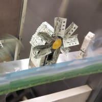 大阪メトロ大国町駅の改札にある列車風で回る風車がますますパワーアップ。切符や回数カードだけで器用に。こんな風車が作れるものかと感心。