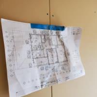 (仮称)斜めの壁と移動する視界が居心地を印象操作する和モダンの家新築工事・外観の佇まいはほぼ完成して室内空間のイメージ部分・LDKのリアル化された原寸でシンプルに整理整頓する時間。