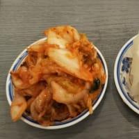 本日のディナーはふくちぁんラーメンFC平野店へ。折込チラシの200円引きクーポン利用で。外国人店員がオーダーの聞き間違いをしていたので厨房まで言いに行きました。