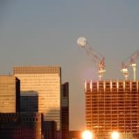 クレーンが月を掴む The crane grabs the moon.