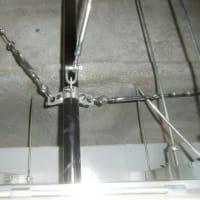 大型モニターの天井吊下げ工事