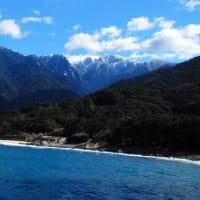 海からそびえたつ永田岳
