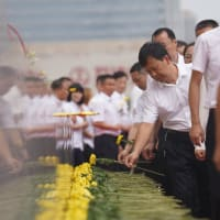 中国、烈士の日、国慶節を迎える