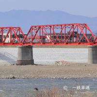 さなだどりーむ号と赤い鉄橋