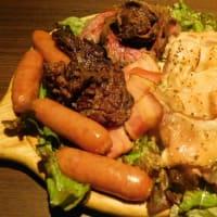 """「肉バル&ビアホール MeatBeer(ミートビア) """"肉盛り、焼き鳥5本盛り合わせ、馬刺しユッケ、シーザーサラダ""""」 柏店(柏駅東口)"""
