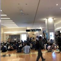 早朝の羽田空港ロビー