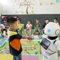 教師ロボットは、同小学校と、他の村にある附属小学校で、科学の知識を紹介する授業を1日行った。