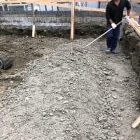 再開基礎工事、黙々と土を掘る。