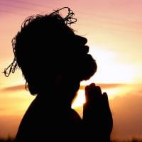 祈りをささげる男