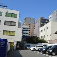まち歩き下1583 京の通り・堺町通 NO60  地蔵尊 ビル群の中の木造民家
