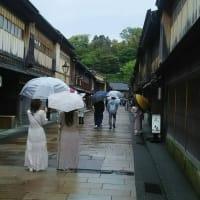 GW最後の日・・・ひがし茶屋街は・・・雨模様のせいか、コロナで自粛のせいか、心なしか閑散として寂しそう。