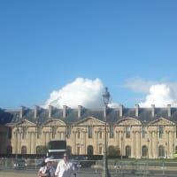 ルーブル美術館と青空と壮大な雲