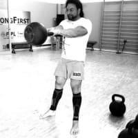 見本動画:ハードスタイル・ケトルベル1armスィング:ラットダウンの学習~習得をする為に、稼動側の上肢の腋の下にタオルを挟んで(はさんで)行なう。