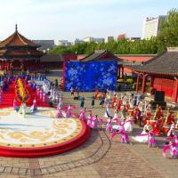 満州族の刺繍、蘇州刺繍、絵画、古詩・古詞といった中国伝統文化がドレスに溶け込み、ドレスは「身体にまとう中国」となり、美しさをたたえて観客の前に次々登場した。