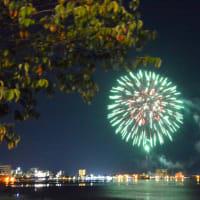 毎晩上がる諏訪湖の花火を見る。