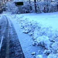 大型除雪車作った雪壁をシャベルで崩す。
