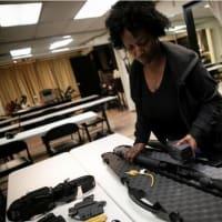 米大統領選前に銃購入ラッシュ、「恐怖心」で初心者急増