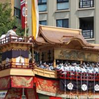 「祇園祭」の「後祭」。いよいよ山鉾巡行に。御池通で「大船鉾」を見送るミモロ