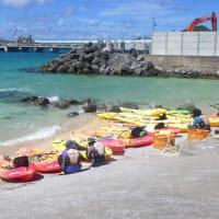 安和の琉球セメント桟橋でガット船への土砂積み込みに抗議