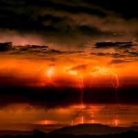 雷神の 蠢く雲は 薔薇色に  <殿>