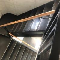 無機質なデザインの階段を昇り
