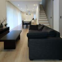 暮らしの環境を整理整頓するデザインの思考と設計の感度・・・・LDK空間と二階をつなぐリビング階段の持つ魅力と間取りの工夫に距離感のデザインは大切です・・・・・。