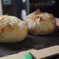 チーズハンバーグ、かぼちゃのサラダ、酵母パン