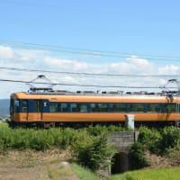 秋の奈良を行く近鉄特急