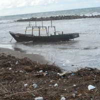 出雲崎に難破船が漂着、、